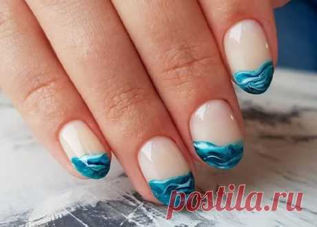 Морской маникюр с волнами как сделать: идеи, фото Морской дизайн на ногтях в этом году очень поплуярен. Модно рисовать волны с пеной и песком. Чтобы выполнить дизайн нужны гель лаки и кисточка для градиентного маникюра.