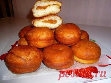 Дрожжевые пышные пончики со сладкой начинкой.