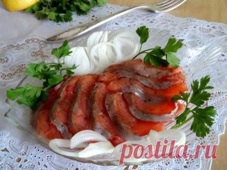 Малосольная горбуша  Ингредиенты:  Горбуша — 1500 г Соль — 2 ст. л. Сахар — 1 ст. л. Масло растительное — 1 ст. л.  Приготовление:  1. Рыбу почистить, помыть, разделать на филе, по возможности удалить косточки. 2. Посыпать рыбу смесью из соли и сахара, полить подсолнечным маслом и сложить кусочки филе друг на друга, солью внутрь. 3. Поместить рыбу в тарелку или лоток и сверху поставить небольшой гнет (литровая банка с водой). Просаливается рыба при комнатной температуре 6-...