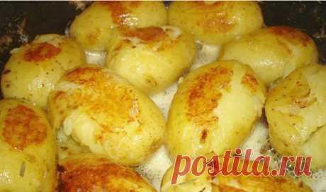 Стоит добавить этот ингредиент, чтобы картофель буквально таял во рту… Рекомендую всем! Блюдом из картофеля нынче никого не удивишь. Но,поверь,банальный картофель может заиграть совершенно новыми гранями вкуса,если приготовить его по этому рецепту.Необычайно нежный,ароматный и аппетитный…