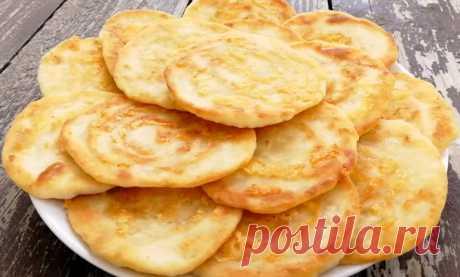 Быстрые сырные лепешки на сковороде: сметут со стола за минуту