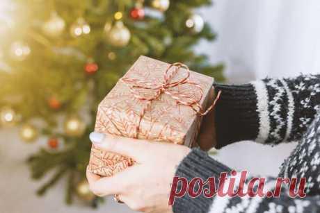 Подарок маме на Новый год своими руками - 10 отличных идей Закончилась фантазия, чем еще порадовать маму на праздник? Хотим поделиться с тобой 10 идеями подарков маме на Новый год своими руками. И мы уверены – она точно будет в восторге!
