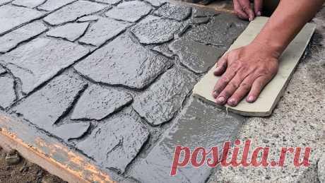 Как залить бетонную садовую дорожку с имитацией камня Обычная бетонная садовая дорожка это надежно и в меру дорого, в отличие от тротуарной плитки или камня. Однако она смотрится не так эффектно. Альтернативой в таком случае может стать бетонная дорожка имитирующая камень. Что потребуется: Бетон; доска или брус для опалубки; кельмы,