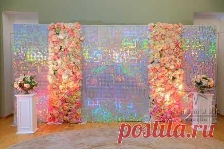 Блестящая фотозона из переливающихся пайеток и цветов в Особняке А. П. Брюллова   Аренда - Артмикс Дизайн