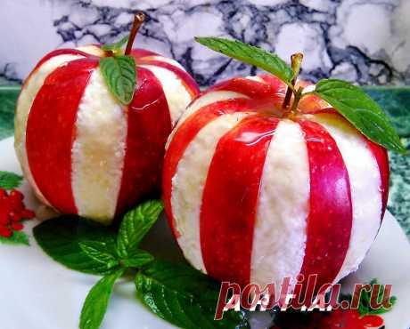 ЯБЛОКО С ТВОРОГОМ !!!  **В яблоках - надрезы дольками, но не до конца. Затем аккуратно вытяни дольки через одну. *Заполни пустые надрезы творогом, и полей мёдом. *Скоро Праздник!