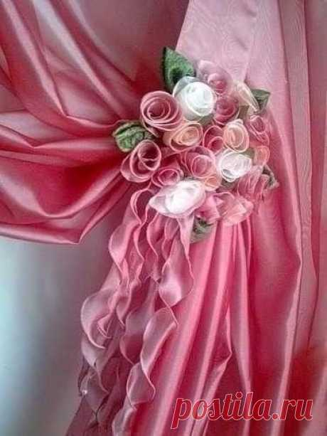 Букет роз - подхват для штор    1. Начертите диагональные полосы на куске ткани шириной по 10 см. По одной на каждый цветок из ткани. Длина полоски ткани для цветка должна быть сантиметров 70, для бутона поменьше.   2. Согните полосу вдоль длины пополам лицевыми сторонами наружу. Закруглите углы полос, как показано на рисунке. Лишнюю ткань срежьте.  Прошейте вручную наметочными стежками нижний необработанный край полосы включая закругленные края, отступая 6 мм от края. Нат...