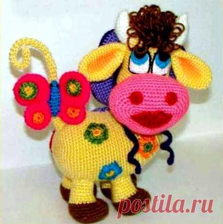 Вязаная игрушка «Цветочная корова» Правда красавица?!!! Если вы тоже хотите связать себе или в подарок ребенку эту красавицу — проблем нет. К вашим услугам детальное руководство по вязанию крючком игрушки «Цветочная коров…