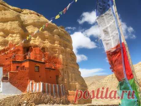 «Цвета Тибета» (Непал, Верхний Мустанг) «В культуре тибетского буддизма очень большое значение придается символике цвета. Каждый цвет соответствует одному из пяти психофизических элементов: земле (желтый), воде (зеленый), огню (красный), воздуху (белый) и пространству (синий). Каждое живое существо, как и любой объект физического мира, состоит из этих базовых первоэлементов. На духовном уровне они соответствуют пяти семействам Будд, пяти типам мудрости или пяти аспектам просветлённого ума», –…