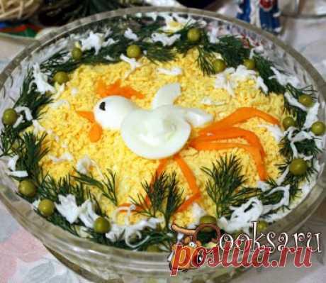 """Новогодний салат """"Петушок золотой гребешок"""" Для новогоднего стола можно приготовить вкусный и сытный слоеный салат, украшенный символом наступающего Нового 2017 года! Приготовить салат """"Петушок золотой гребешок"""" очень просто, он не только украсит праздничный стол, но и внесет разнообразие среди традиционных салатов!"""
