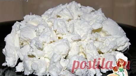Нежнейший и невероятно вкусный крем-сыр!               Ингредиенты:  кефир 1,5 или 2% жирности - 1 литр (в мягкой упаковке) марля дуршлаг    Приготовление:  1. Кладем кефир в морозильную камеру на ночь (нам нужно чтобы он полностью заморозился) 2. Кусок марли сложить в несколько слоев, чтобы получился плотный слой ткани, выстелить дуршлаг или сито. 3. Достаем замороженный кефир, разрезаем пакет и выкладываем монолитный брусок кефира на марлю.