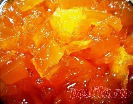 Три рецепта варенья из тыквы. Эти вкусные рецепты варенья из  тыквы не только вкусные, но и полезные. Если у Вас отличный урожай  тыквы, то рекомендуем приготовить такое лакомство. ВАРЕНЬЕ ИЗ ТЫКВЫ. Нам понадобится: 1 кг тыквы 850 грамм сахара 1 лимон 1 апельсин Приготовление: Тыкву чистим, нарезаем кубиками. Лимон очищаем от семян, нарезаем мелко с цедрой. Апельсин очищаем от шкурки и семян, нарезаем мелко. Все соединяем, засыпаем сахаром, даем настояться в комнате, пока сахар не раствори