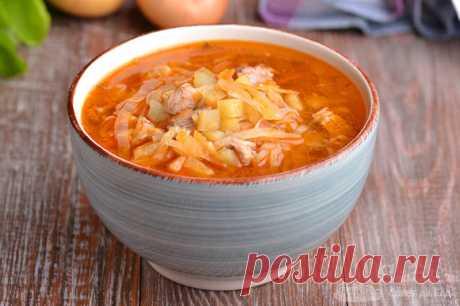 Щи со свининой и свежей капустой.  Готовим вкуснейшие щи со свининой, свежей капустой, картофелем, репчатым луком, морковью. Для придания цвета и вкуса дополняем суп кетчупом и сладкой паприкой.