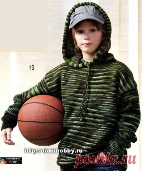 Спортивный джемпер для мальчика в модном уличном стиле с капюшоном, связанный из меланжевой пряжи в практичной зелено-коричневой гамме, будет отличным спутником и на загородной прогулке, и во время игр с друзьями.