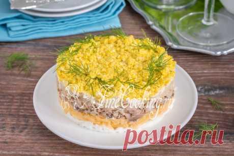 Салат Мимоза классический Нежный, вкусный и сытный слоеный салат Мимоза по классическому рецепту - настоящее украшение праздничного стола.