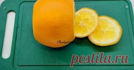 Как быстро и легко отделить дольки апельсина от плёночек, кожуры совет от Ольга Чеканова  Этот способ вам поможет сократить время готовки. Для начала, нам нужно апельсин помыть. Отрезаем у него верхушку и попку. А затем отрезаем и боковую часть кожуры, удаляя и белую часть тоже.  Теперь приступим к непосредственному вырезанию самих долек апельсина. Ножом прорезаем вдоль плёночек...
