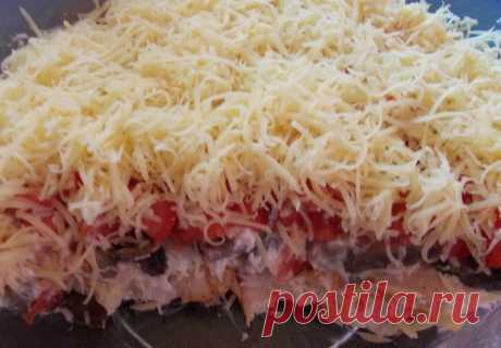 Лучшие кулинарные рецепты : Слоеный салат с шампиньонами и копченой курицей