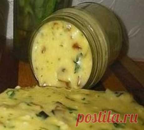 Домашний плавленый сыр с шампиньонами - нереальная вкуснятина! Ингредиенты: 500 гр творога(домашний творог) 2 яйца 2-3 ст.л сметаны(домашняя) соль по вкусу(примерно 1 ч.л без горки) 1 ч.л соды(не полная без горки) петрушка 5 веточек(можно укроп)(мелко порезать) 200 гр грибов(шампиньоны) Приготовление: 1. Все ингредиенты смешиваем,и взбиваем все погружным блендером. 2. Ставим кастрюлю на водяную баню,помешивая варим (около 15 минут) а в это время масса расплавится,станет од...