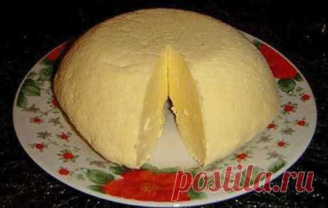 Домашний твердый сыр. ОЧЕНЬ ВКУСНЫЙ!   Ингредиенты:  2 л молока 2 ст.л. соли 6 яиц 400 г сметаны 200 г кефира Приготовление: Молоко вскипятить с солью, сметану взбить с яйцами. Тонко ввести сметану в молоко, потом кефир, постоянно помешивая довести до кипения, пока не начнут образовываться хлопья. Если молоко плохо сворачивается, можно добавить 1 ст.л. уксуса. На дуршлаг положить 3-4 слоя марли, вылить смесь на марлю, дать сыворотке стечь и сыр отжать. Завернуть сыр в марл...