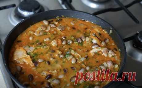Простая курица, но покоряет сразу: готовим с луковой поджаркой и фасолью