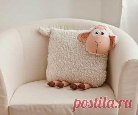 👌 Оригинальные текстильные подушки 30 идей, увлечения и хобби Я очень хочу, чтобы моя квартира была уютной. Именно поэтому я время от времени нахожусь в поиске оригинальных и практичных предметов интерьера и декора.   Конечно, сейчас никого...
