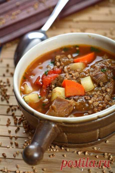 Гречневый суп с курицей и овощами  Рецепт нашего пользователя.  Ингредиенты на 4 порции Куриная грудка — 500 г Белый лук — 2 головки Морковь — 3 штуки Картофель — 4 штуки Помидоры — 5 штук Гречневая крупа — 1 стакан Вода — 2 л Растительное масло — 2 столовые ложки  Инструкция приготовления Время — 40 минут  1. Отварить куриную грудку. Пока она варится, необходимо хорошо промыть гречку. Порезанный лук с нашинкованной соломкой морковью обжарить на сковороде. Картошку пореза...