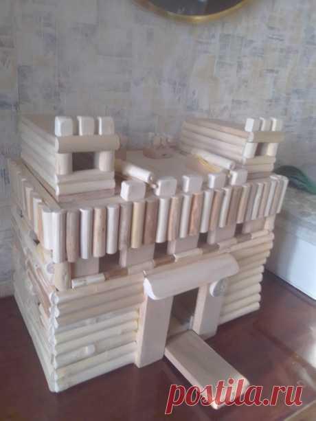 Игрушечный рыцарский замок Представляет собой  игрушку  в виде замка  с откидывающимся мостиком, наблюдательными башнями и боевыми орудиями,  которые стреляют безопасными боеприпасами. Выполнены они из натурального дерева – клёна, орешника, берёзы, ясеня и других деревьев местных пород без гвоздей и лакового покрытия.  Размеры замка: высота 31см, длина 35 см, ширина 20 см.