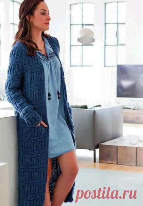 Вязаное синее пальто поперечными полосами с патентным узором спицами – схема с описанием