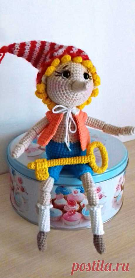 PDF Буратино крючком. FREE crochet pattern; Аmigurumi doll patterns. Амигуруми схемы и описания на русском. Вязаные игрушки и поделки своими руками #amimore - Буратино, Золотой ключик, кукла, куколка.
