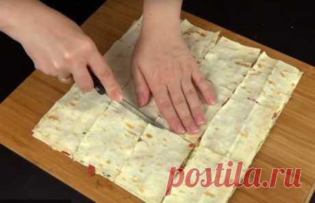 Закуска из лаваша с колбасой, помидорами и чесноком Ингредиенты: Тонкий лаваш — 1 упаковка Плавленый сыр — 200 г Колбаса — 250 г Помидоры — 200 г Чеснок — 1 зубчик Укроп — 50 г Яйца — 2 шт. Мука — 1,5 ч. л. Приготовление: 1. Нарежьте колбасу и помидоры. Мелко порубите укроп. Измельчите чеснок. 2. Разрежьте лаваш на несколько квадратов. Смажьте один лист лаваша плавленым сыром. Затем возьмите немного укропа, чеснока, колбасы, помидоров и распределите на