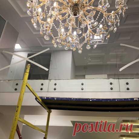 Лестница с консольными ступенями на стекле