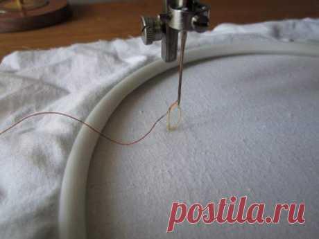 Скорее всего, ваша швейная машинка тоже умеет это делать - Домоводство - медиаплатформа МирТесен В промышленном производстве швейная и вышивальная машина — два разных устройства. Но оказывается, самая обычная машинка, даже та, что досталась от бабушки, тоже способно на некоторые несложные операции. Самая важная опция — возможность регулирования натяжения верхней и нижней нитей. Научитесь