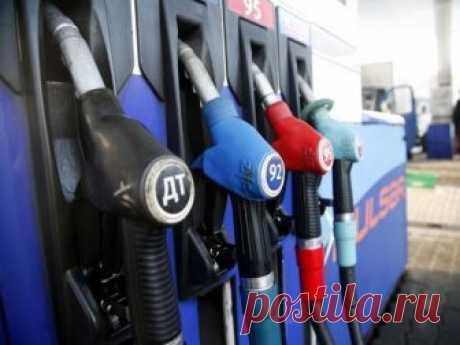 Власти разрешили повышать цены на бензин Независимым сетям автозаправочных станций (АЗС) разрешили поднимать цены на топливо на 4% по сравнению с заправками, которые принадлежат крупным нефтяным компаниям. Об этом сообщает РБК со ссылкой на главу Российского топливного союза (РТС) Евгения Аркушу.