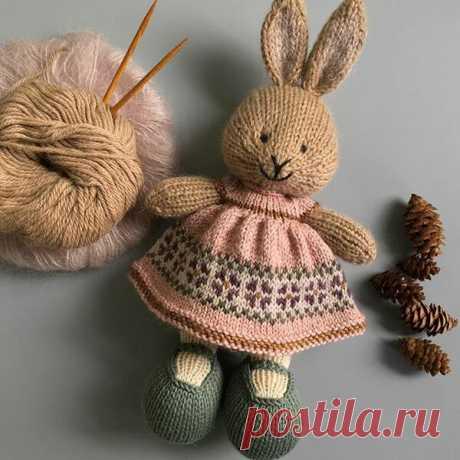 То, что вдохновляет: вязаные кролики в платьях от мастера @suzymarieknits. | Мир Вышивки | Яндекс Дзен