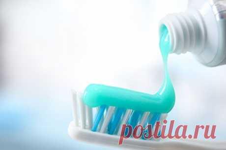 Чем может быть опасна зубная паста? Ученые из Франции провели опыт и выяснили, какое влияние может оказывать диоксид титана, используемый в составе большинства зубных паст, на организм человека.