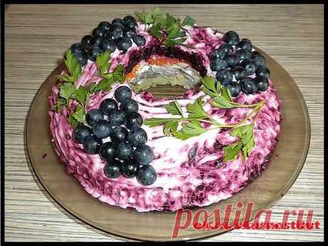 Салат «Черная гроздь»ДЛЯ НОВОГОДНЕГО СТОЛА 2020 ! Ингредиенты: отварное мясо (любое) — 250 грамм, картофель — 3 штук, шампиньоны — 200 грамм, морковь — 2 штуки, яйца — 4 штуки, сыр — 200 грамм, свекла — 1 штука майонез петрушка виноград темный — 1 гроздь для украшения Приготовление:   Мясо (отварное) и грибы нарезаем кусочками. Грибы обжарить на сливочном масле. Остальные ингредиенты натираем на крупной тёрке. Салат укладываем слоями, обмазывая каждый слой майонезом. 1-отв...