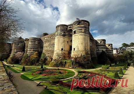 Анжерский замок, Франция Замок Анжер один из наиболее древних и исторически значимых замков Луары. Он расположен в городе, носящем одноимённое название – Анжер, во французском департаменте Мен и Луара