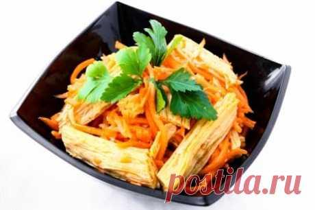 La ensalada con el espárrago en coreano: la Ensalada sabrosa con el espárrago se combina en coreano con los productos, por ejemplo, las setas, hortalizas, la verdura. El espárrago se llama en coreano fudzhu y se prepara de la leche de soja.