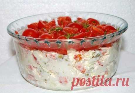 """Салат """"Красная шапочка""""   Для приготовления салата понадобится:  курица отварная - 150 г;  перец сладкий - 1 шт.;  капуста пекинская (или любой листовой салат) - 150 г;  яйцо вкрутую - 1 шт.;  консервированный зеленый горошек - 2 ст. л.;  помидоры - 150 г;  укроп - несколько веточек;  майонез - 5 ст. л.;  соль - по вкусу.   1.В миску мелко нарезать пекинскую капусту.   2.Вареную курицу нарезать мелкими кусочками.   3.Сладкий перец нарезать кубиками небольшого размера.   4...."""