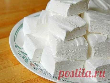 ДОМАШНИЙ ЗЕФИР Низкокалорийный десерт, который содержит всего 80 ккал на 100 гр, легко приготовить самостоятельно. Кроме того что такая сладость не навредит фигуре, она еще и безумно вкусная! Какие продукты понадобятся: - кефир - 1 л; - сметана нежирная - 3/4 стакана; - сахар - 1 стакан; - желатин - 2 ст. л; - вода - 2 стакана; - ванильный сахар - 1/2 пакетика. Способ приготовления: 1) Желатин замочить в теплой воде на 30-40 минут, затем на медленном огне, непрерывно размешивая, довести до ки