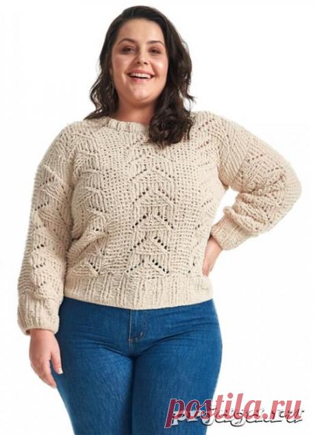 Вязаный ажурный свитер спицами из мягкой плюшевой пряжи