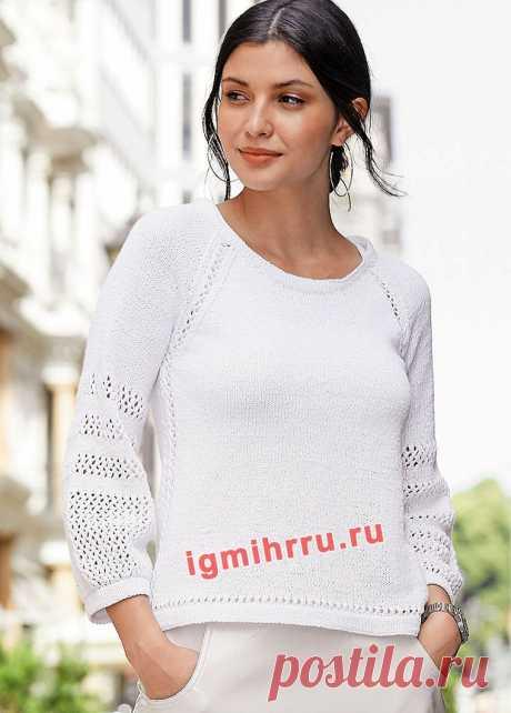 Белый пуловер с сетчатой отделкой на рукавах.