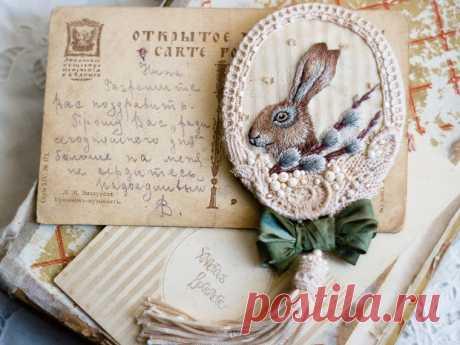 Вышитая брошка с пасхальным зайкой и веточкой вербы - Ярмарка Мастеров - ручная работа, handmade