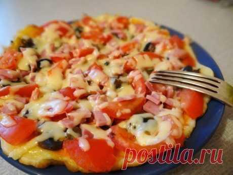 La pizza con el test delgado en la sartén