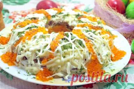 Салат с курицей «Пасхальный» Этот нежный и аппетитный салат с курицей «Пасхальный» легко может стать коронным блюдом вашего пасхального стола.