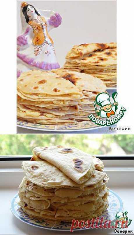 Кыстыбый - это национальное татарское блюдо, и каждая татарочка знает, как его приготовить. Кыстыбый представляют собой постные лепeшки с начинкой из картофельного пюре или пшенной молочной каши, обильно смазанные сливочным маслом. Это очень вкусно и сытно, можно подавать как самостоятельное основное блюдо, и на завтрак хорошо со сладким чаем, и в течение дня, как перекус.