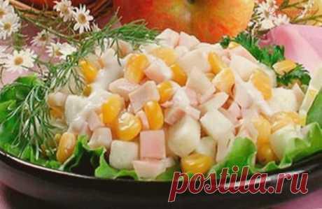 Салат из яблок и кукурузы с кальмарами.
