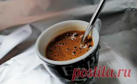 """Из чего на самом деле сделан растворимый кофе   Журнал """"JK"""" Джей Кей Хотя каждая третья чашка кофе в мире — это растворимый кофе, вокруг него существует много предубеждений. Сложно понять, как зерна кофе превращаются в гранулы и растворяются в воде за несколько секунд. Разбираемся, из чего делают растворимый кофе, как его производят и какой вид кофе лучше выбрать..."""