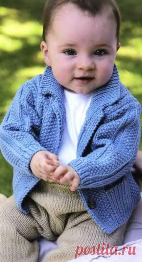 Вязаный текстурный жакет Textured для новорожденного Вязание для малышей жакета курточки Textured с воротником и карманами. Для вязания малышам курточки используются разные виды вязки, поэтому для облегчения работы, плотность образца дана для лицевой глади.