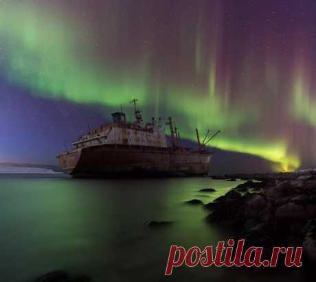 Судно «Берег Надежды», потерпевшее кораблекрушение в ноябре 2011 года на мысе Чеврай (Кильдинский пролив). Фотограф – Aleksandr Merkushev: nat-geo.ru/photo/user/180741/