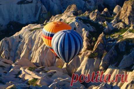 «Поцелуй» воздушных шаров. Каппадокия, Турция. Автор фото – Banu Akhmetova (nat-geo.ru/photo/user/343451/), участница фотоконкурса «Турция: почувствуй вкус жизни», организованного вместе с Turkish Airlines: bit.ly/FeelTheTasteOfLife